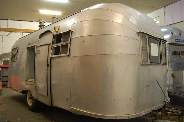 1952_airstream_flying_cloud_22ft_front.jpg