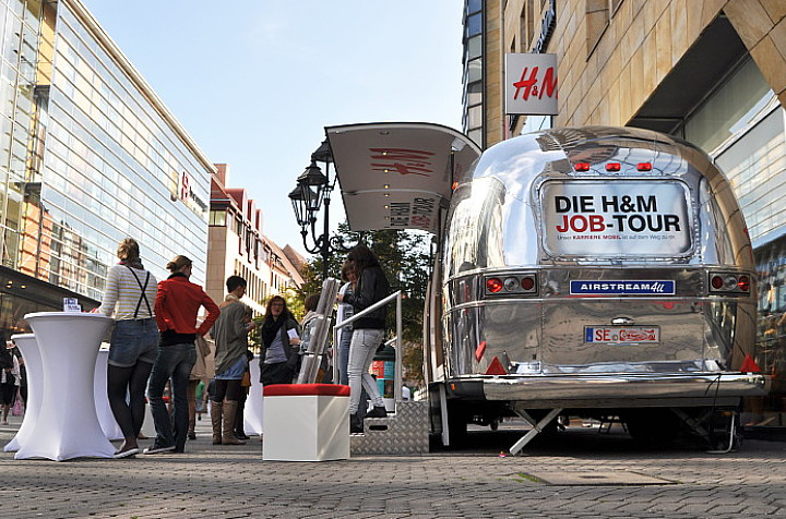 h m roadshow airstream4u promotionfahrzeug tourt durch. Black Bedroom Furniture Sets. Home Design Ideas