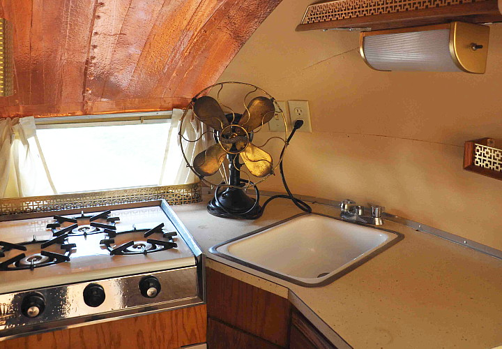 vintage_interior_airstream61_kitchenette.jpg
