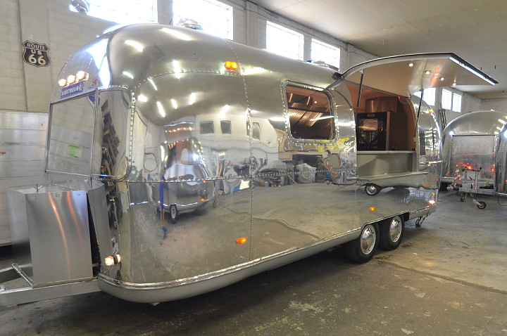 airstream4u_custom_made_mobile_kitchen_for_belgium_b.jpg